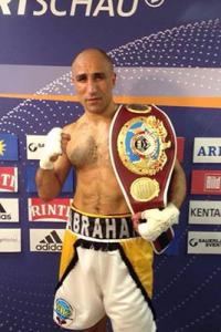 Boxing: 'King' Arthur beats British challenger, retains WBO title