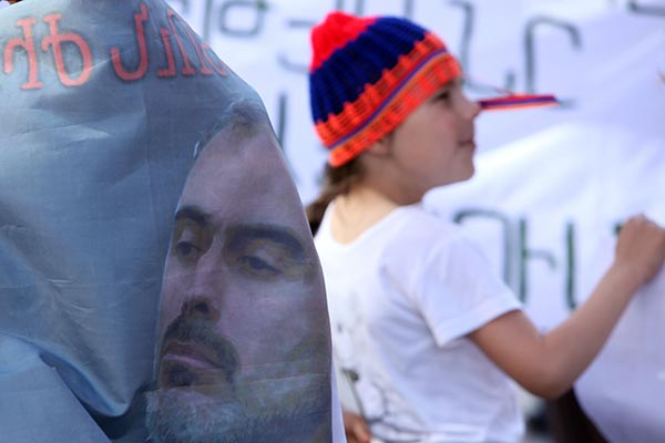 Սեֆիլյանը, Հիմնադիր խորհրդարանի մյուս ակտիվիստները ազատ են արձակվել` չհեռանալու մասին ստորագրությամբ