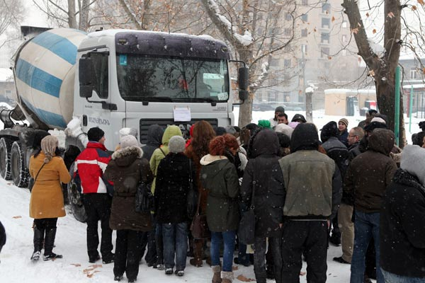 Activists resume protests on Mashtots avenue to hinder builders' work
