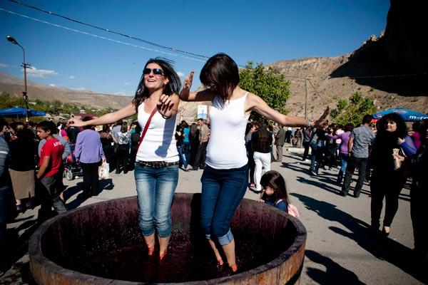 Գինի, խրախճանք և հայկական ոգի. Վայոց ձորը ողջունում է Արենի` գինու փառատոնին մասնակցելու եկած հյուրերին