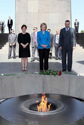 "Clinton at Tsitsernakaberd: Secretary makes ""private"" visit to memorial"