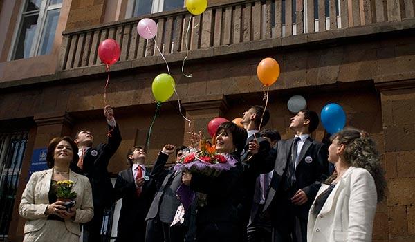 Վերջին զանգ. պատանիները և նրանց ծնողները երկու տարվա մեջ առաջին անգամ նախապատրաստվում են ավարտական միջոցառմանը